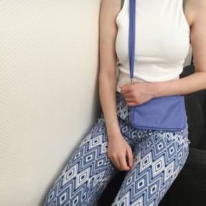Blå vit mönstrade byxor med as skönt tyg💕