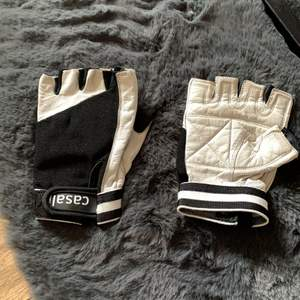 Snygga handskar att träna i och slippa valkar i händer. Läder/tyg. Svar/vita. Samfraktar!