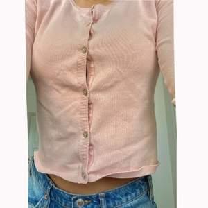 Så söt rosa, skön o trendig kofta från Zara!💘 Köpte på barnavdelningen för ville få en lite croppad passform så skulle säga att koftan är en xs/s. Nypris var 179kr men säljer bara för 80kr. Kan eventuellt mötas upp i Sthlm annars tillkommer fraktkostnad☺️💕