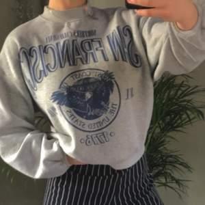 Säljer min så mysiga gråa sweatshirt från bershka! Helt slutsåld på hemsidan. Sweatshirten är i fint skick och i storleken oversized S🥰 Köparen står för frakten!! Är det många intresserade sker budgivning💕
