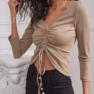 Säljer denna tröjan som är oanvänd, man kan dra åt snören hur mycket man vill. Det är XS/S