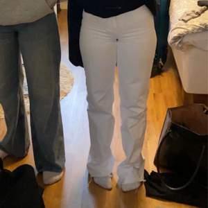 Fina vita wide jeans, jättebra skick. Säljer pga dom är för små på mej nu.