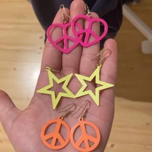 Det här är några fina färgglada örhängen i både färgerna orange, rosa och gul. Väldigt roliga och söta färger samt fina symboler. DESSA SÄLJS JUST NU FÖR 15 KR!! 3 för 1😍