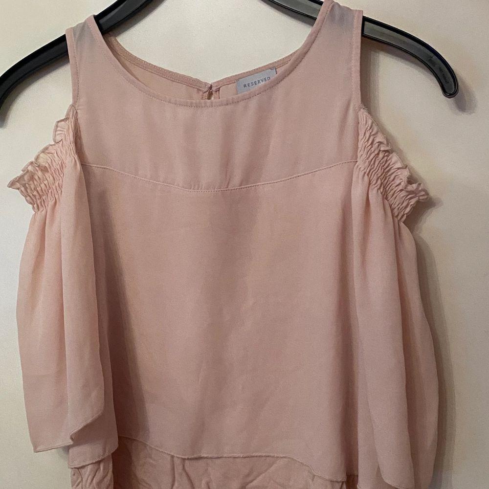 """En fin blus i en babyrosa färg köpt 2014-2015 köpt för 200 i storlek 34. Nästan aldrig använd och är i bra skick. Tröjan är från """"reserved"""". Skriv för bättre bilder och pris kan diskuteras . Toppar."""