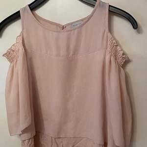 """En fin blus i en babyrosa färg köpt 2014-2015 köpt för 200 i storlek 34. Nästan aldrig använd och är i bra skick. Tröjan är från """"reserved"""". Skriv för bättre bilder och pris kan diskuteras"""