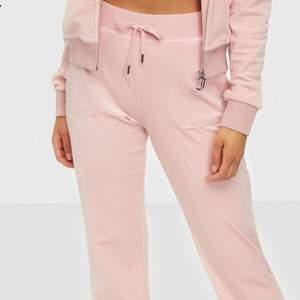 Babyrosa juicy couture mjukisbyxor Helt OANVÄNDA i storlek xs men passar även xs,s. Skriv för närmare bild på materialet!
