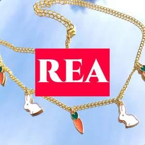 🐣PÅSK-KOLLEKTION🐣 Halsband med kaniner och motötter 🥕🐇 Den är guldfärgad och går att justera storleken på☼ REA innan 59 nu 49kr🤩Gäller en begränsad tid🚫