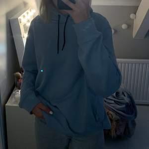 Supersnygg babyblå hoodie i storlek L men passar allt mellan xs-L beroende på hur oversized man vill ha den! Ingen aning om vilket märke det är då det inte står. Säljer för 80kr + 64kr 📦❤️