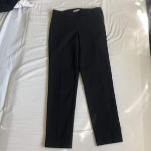 Svarta raka kostymbyxor i xs, de är ganska små i storleken :)