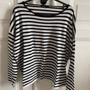 Randig, långärmad tröja från Åhlens. Jätteskönt material. Strl S.