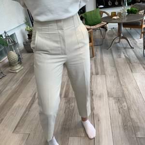 Ett par beige/gräddvita byxor med raka ben som inte längre säljs på Zara. Super fina och nästan knappt använda. Är i storlek M men skulle säga att de mer sitter som ett par S. Kan skicka mer bilder till intresserad!
