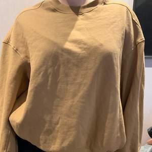 Färgen i verkligheten är mer som på andra bilden. En mysig och snygg collegetröja från Lager 157.