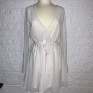 Fin klänning till sommaren som tyvärr är för stor för mig! Passar perfekt till studenten eller liknande. Endast TESTAD en gång. DM för frågor!