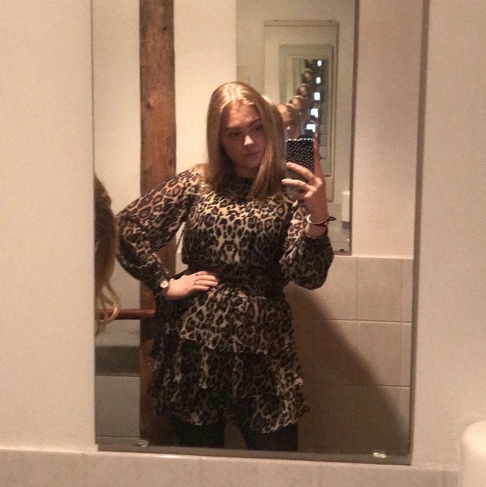 Säljer denna otroligt fina leopardklänning. Den är använd få gånger bland annat på ett bröllop. Den är i nyskick 🥰. Klänningar.