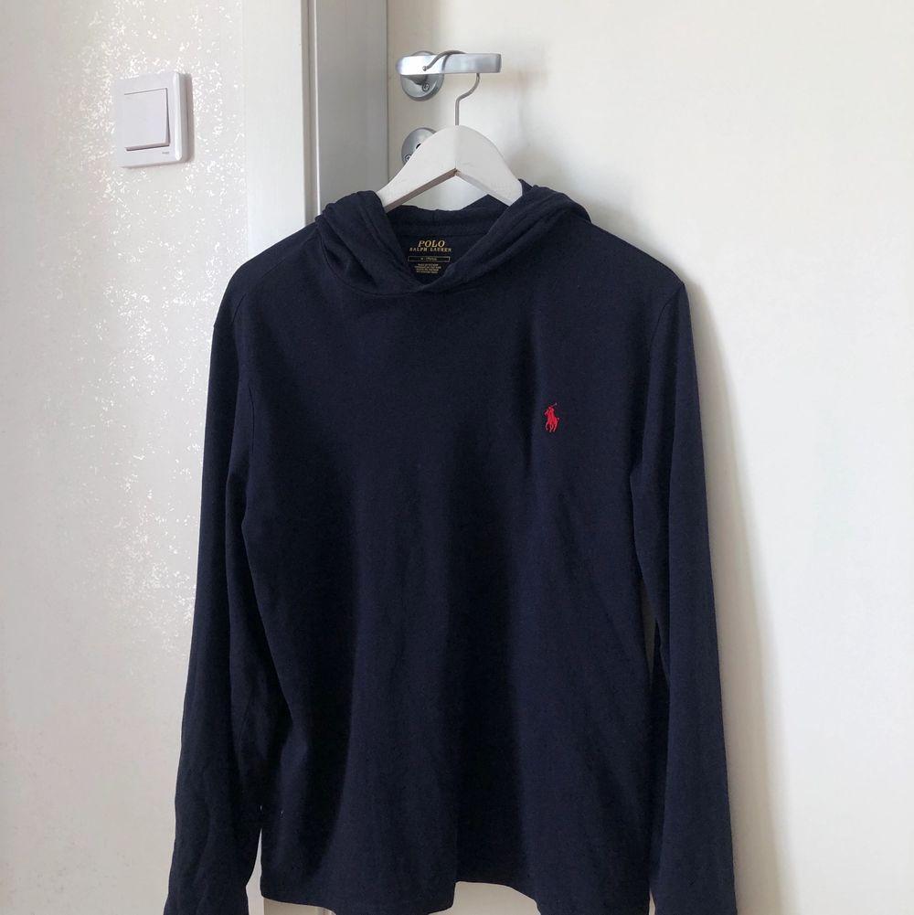Säljer min killes oanvända hoodie från Ralph Lauren i tunnare material. Den är i stl M (herr) och är oversized på mig som har stl S (dam). De två första bilderna beskriver färgen bäst (marinblå/mörkblå) och nypris är 799kr (på Zalando).. Huvtröjor & Träningströjor.