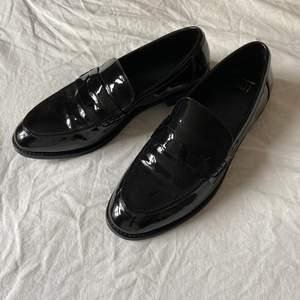 Lackade loafers från dinsko, köpta för något år sen 🌻 säljs pga dem är för små. Använda endast en gång! Köparen står för frakten och om man önskar spårbar frakt, är det bara att säga till!