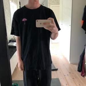 Svart Hélas Caps t-shirt med stort tryck på ryggen och litet på bröstet. Baggy passform. Skönt och tjockt material. Väl använd men i gott skick.