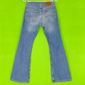 Lee jeans i bootcut / flare fit, bra skick! För mer info om mått, se bild tre. 100% cotton. Står ålder 11 som storlek. Spårbar frakt på 66kr är inräknad i priset.