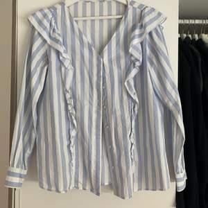 En blå och vit blus från Mango, i storlek M. Köpte för ett tag sen men är i bra skick.