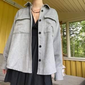 Säljer denna jackan ifrån monki som är helt oanvänd! Fick den i present men passar ej min stil❤️ Först till kvarn!