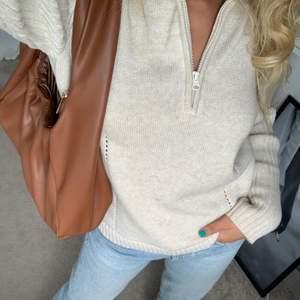 Jättefin beige stickad zip tröja köpt på second hand som är otroligt fin gjord. Jättebekväm och användbar ☺️