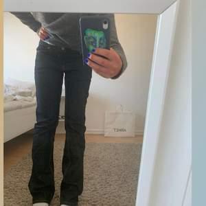 Assnygga lågmidjade jeans som tyvär inte kommit till användning, mörkblå/grå färgen visas bäst på sista bilden! Inte slitna alls,  väldigt sparsamt använda. Jag är 170cm lång💕