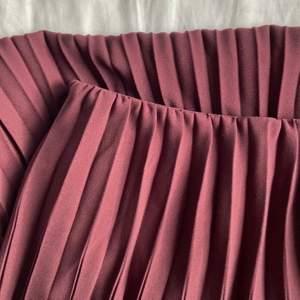 söt vinröd plisserad kjol i ett tjockare material från uniqlo!