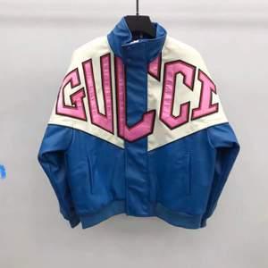 Replika Varsity jacka av Gucci i snygg boxigt läder material, exakt som på bilden och bilderna är direkt från våra suppliers alltså där kläderna kommer in från. Bara å skriva för mer bilder eller för att beställa😍, inte äkta Gucci som sagt men fortfarande skit snygg och bra material😊