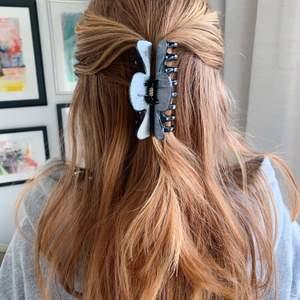 En svart handmålad hårklämma med silvriga detaljer! Tillverkas endast en gång 🤩 kostar 70 kr med FRI FRAKT 💖