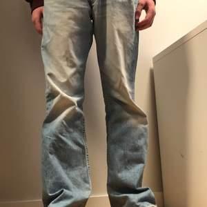 Lee Jeans stentvättade ljusblå byxor. Strl W30 L32. Pris💸 275kr exkl frakt. Buda i kommentarerna. Kan mötas på Söder.
