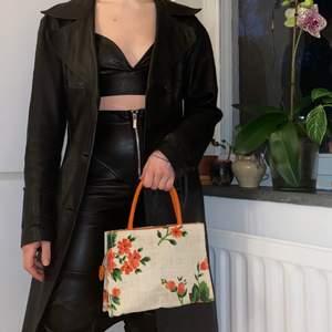 Vintage handbag i vävt tyg. Handmålade blommor. 🥰