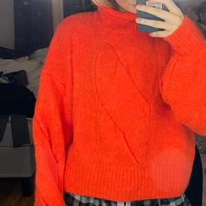 Stickad tröja köpt för 500-600 kr, från y.a.s. Funkar mellan xs-m beroende hur oversize man vill ha.