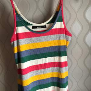 Ett ribbat linne i sommriga fina färger 🌈 Perfekt för dig som gillar färg! NYSKICK!! Storlek S, men är väldigt stretchig så passar även som M 😊
