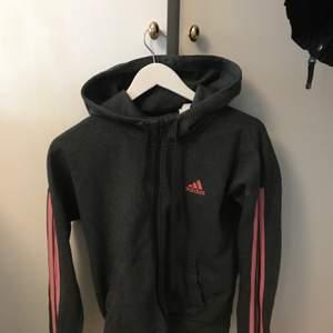 Säljer min adidas hoodie i stl S. I bra skick. 120kr men pris kan självklart diskuteras!