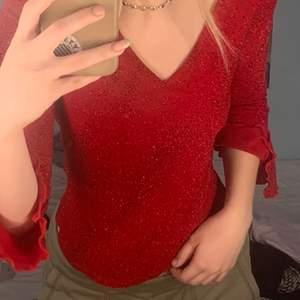 En jättesöt röd glittrig tröja som jag har köpt secondhand och använt endast en gång så den är i bra skick. :) Köparen betalar för frakt!