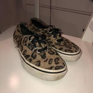 Vans med fluffigt leopardmönster. De har ett lite fluffigare material istället för tyg. Jätte trendiga och snygga, säljer pågrund av att de blivit för små. Är i st 38,5 och lite lös framme på högra foten vid tårna men annars i fint skick. Med tjockare sula så de blir som platåskor