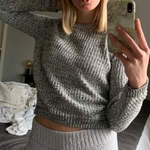Svartvit stickad tröja från h&m i fint skick, perfekt nu till våren!🌸🌿🌼🍃 Frakten är inte inräknad i priset och det är bara att höra av sig vid frågor, kram😇💓