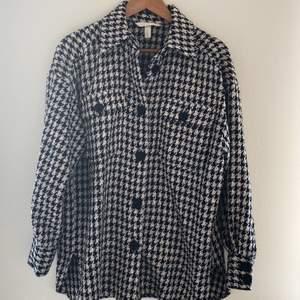 🖤 Säljer min superfina hundtandsmönstrade skjorta från H&M! Älskad men inte tillräckligt använd!                                  🖤 Storlek: S/M