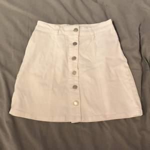 Fin vit kjol som är köpt från Vila med silver knappar. Fint skick, knappt använd. Storlek S. Nypris 200kr, säljer den för 35kr+ frakt.