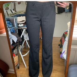 Midjemått: 80 cm   innerbenslängd: 84 cm. Inte mina bilder. Köpte dom på plick men passade inte mig runt midjan(jag brukar ha M). Dessa är storlek M men passar nog bättre en S. Lågmidjade. Långa på mig som är 165 cm.