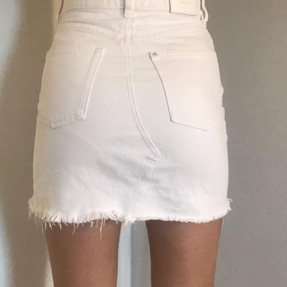 Säljer denna fina vita kjol med lätta slitningar. Sitter super fint på kroppen men är för tajta för mig över höften! (Därav säljer jag dem) Jag är en 15 årig tjej och mina höfter har växt mycket sedan i somras... Kjolen är knappt använd och sitter så fint! . Kjolar.