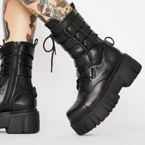 Skitsnygga boots från Current Mood. Köpta för 95$ plus frakt och tull och säljer för 700kr + frakt. Endast använda ett fåtal gånger
