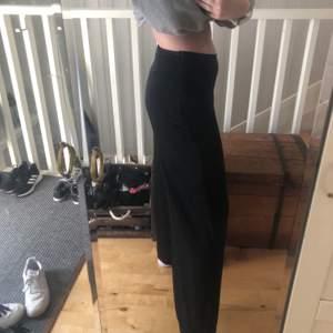Säljer dessa svarta vida byxor från vintagebyfe som går att ha både högmidjat och lågmidjat beroende på hur man vill att de ska sitta! Jätteskönt tunt tyg💕