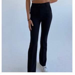Säljer ett par snygga kostymbyxor som är i bootcut modell. De är tyvärr lite för långa för mig o säljer då ja beställde ett par mindre. De är ganska små i benen och midja. Prislapp kvar, helt oanvända. Buda💗 (bud ligger på 280kr)
