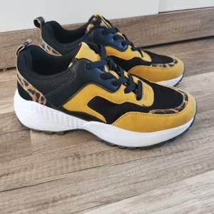 Super snygga sneakers i gula/svarta med leopard mönster. Säljes då jag har för många par skor o behöver göra av med lite. Dom. Är använda 1 gång så dom är nyskick. Strl 38. Köparen står för frakten och jag tar alltid 2 kr för emballage. 100kr eller bud