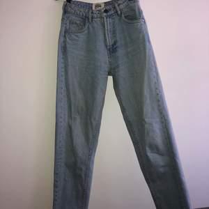 Ljusblå mom jeans från Zara. Köpare står för frakten!!