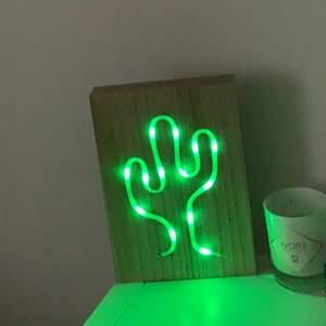 Helt ny led lampa som lyser starkt i mörker, skitsnygg att sätta upp på väggen! Följer med två batterier! Köparen betalar frakt 50kr💕💕