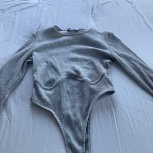 Säljer denna body som bara kommit till använd en gång, den kommer självklart säljas tvättad! Bodyn har markering under brösten eller va man säger!