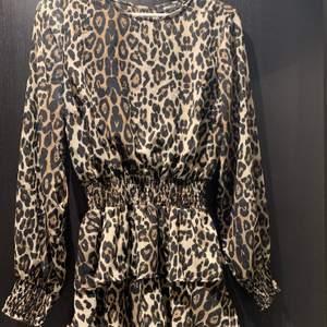 En klänning med leopardmönster, superfin men kommer inte till användning längre, säljer för 90kr + frakt
