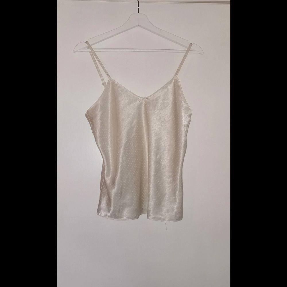 Super sött vitt linne med vita små prickar på (syns inte bra på bild) tror den har nån enstaka fläck därför säljer jag den väldigt billigt! Det står ingen storlek men passar på mig som är S. Toppar.
